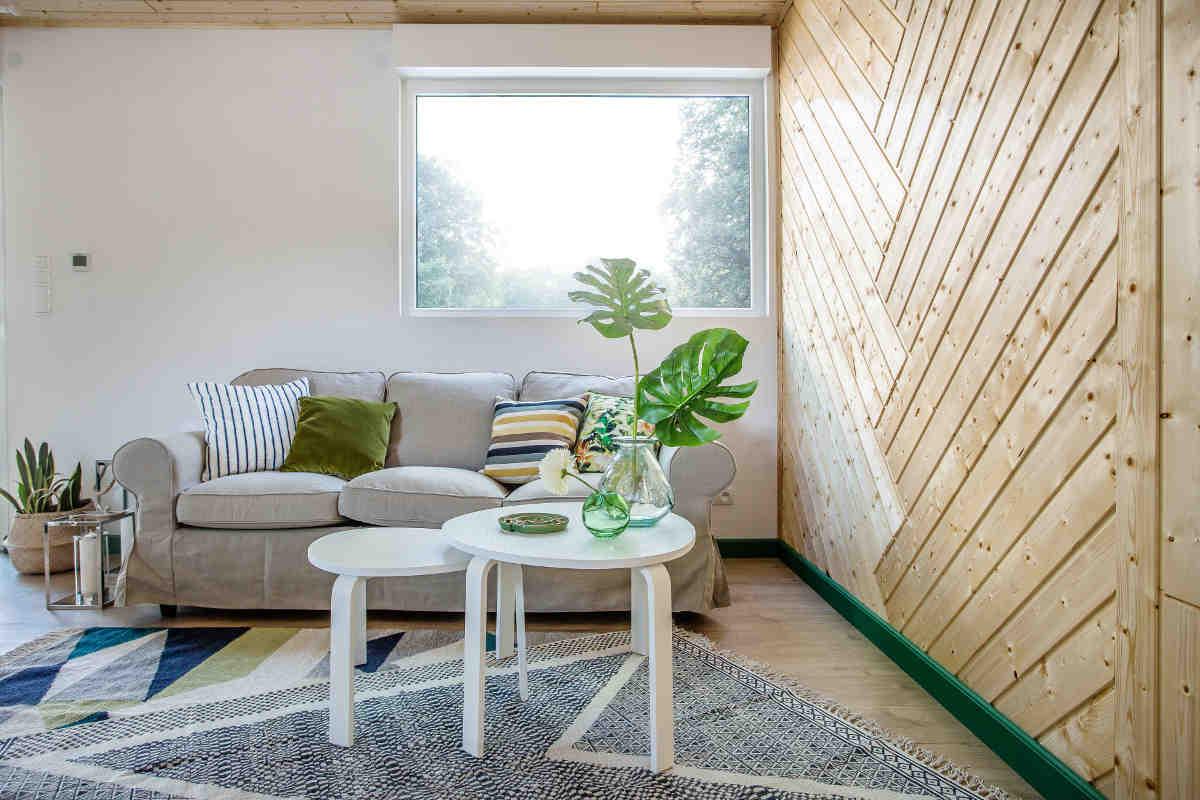 stylowe i jasnę wnętrze: okno, stolik, sofa- salon